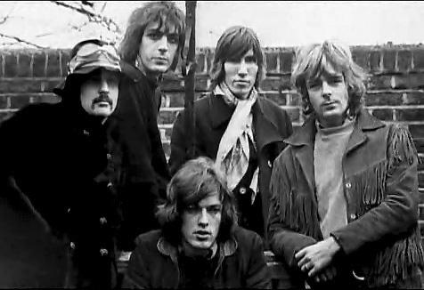 Pink Floyd nel 1968. Da sinistra verso destra: Nick Mason, Syd Barrett, Roger Waters e Richard Wright. In basso al centro: David Gilmour