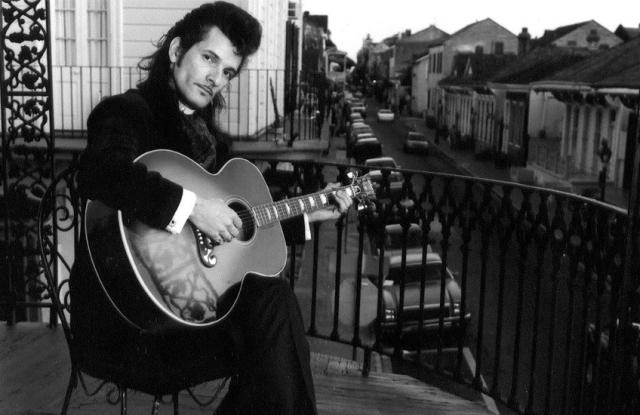 Willy DeVille con la sua chitarra a Parigi