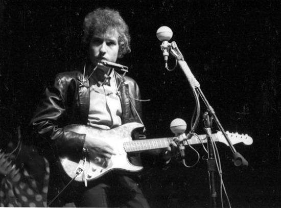 Bob Dylan al Newport Folk Festival del 1965 per la prima volta dal vivo con la sua chitarra elettrica