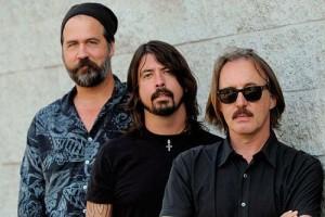 Da sinistra verso destra: i due ex Nirvana (Krist Novoselic e Dave Grohl) e Butch Vig