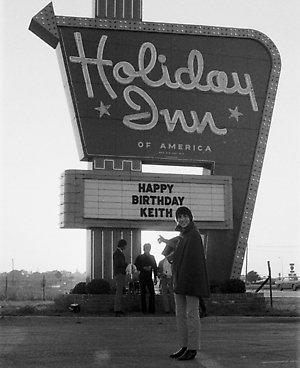 Keith Moon pronto per i festeggiamenti del suo 21esimo compleanno