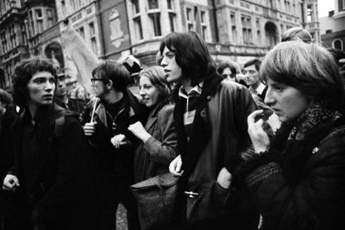 """Mick Jagger durante una manifestazione contro la guerra a Londra del marzo '68: da qui prese l'ispirazione per """"Street Fighting Man"""""""