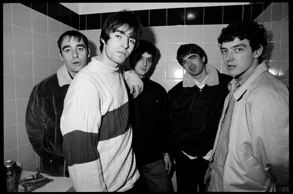 La prima line-up degli Oasis: saranno numerosi i cambi di formazione nel corso degli anni