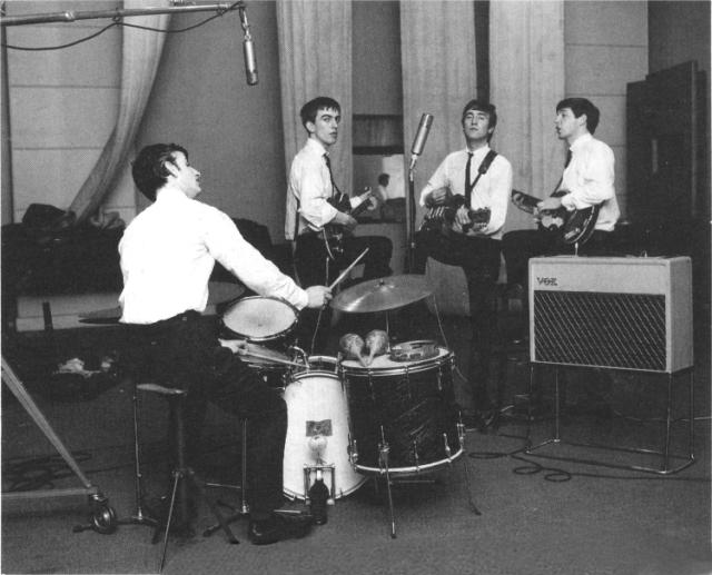 I Beatles nello studio 3, EMI, Londra. George è volutamente ritratto  dal lato destro a causa dell'occhio nero che si era procurato durante una rissa al Cavern