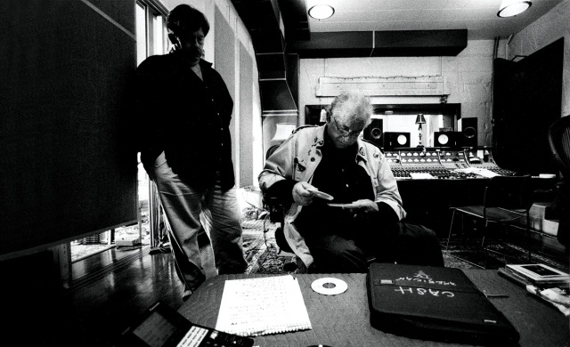 Una splendida immagine di Johnny Cash in studio