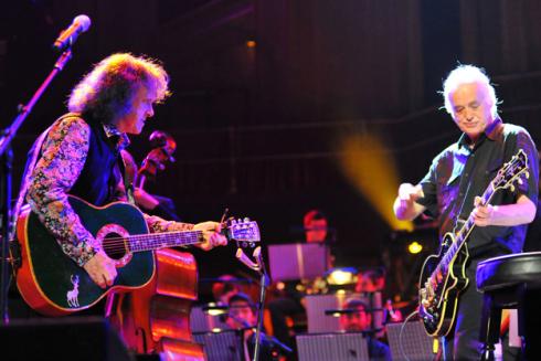 Donovan e Jimmy Page insieme sul palco alla Royal Albert Hall di Londra il 3 giugno 2011