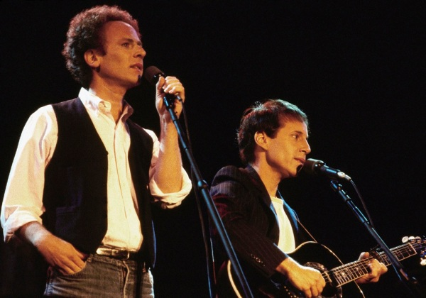 "19 settembre 1981: A sinistra Art Garfunkel e a destra Paul Simon durante ""The Concert in Central Park"" (AP Photo/Nancy Kaye)"