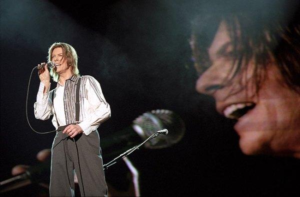 Londra, 9 ottobre 1999: David Bowie sul palco di Wembley per il NetAid