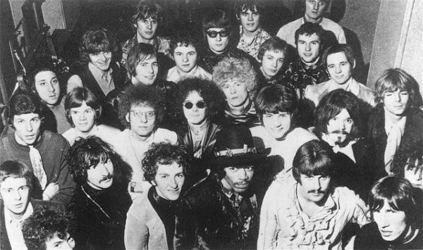 I gruppi protagonisti del tour britannico del 1967: tra loro sono riconoscibili Jimi Hendrix in basso al centro e i Pink Floyd sulla destra