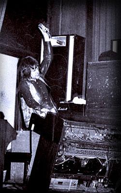 Keith Emerson ai tempi dei Nice con un coltello nella mano sinistra